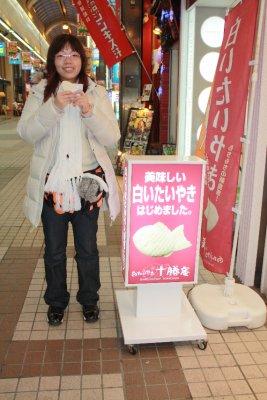 Eating a fish shape pan cake at 狸小路商店街