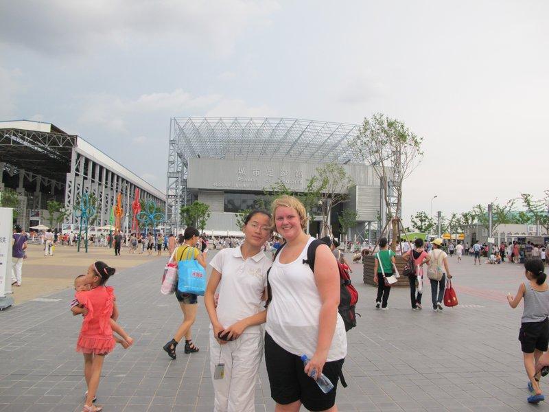 Meg og vertssøster på expo