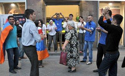 Erevan_dancing_granny.jpg