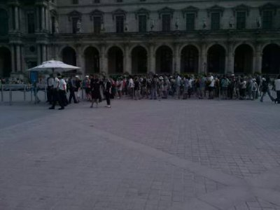 Line is no joke for the Louvre