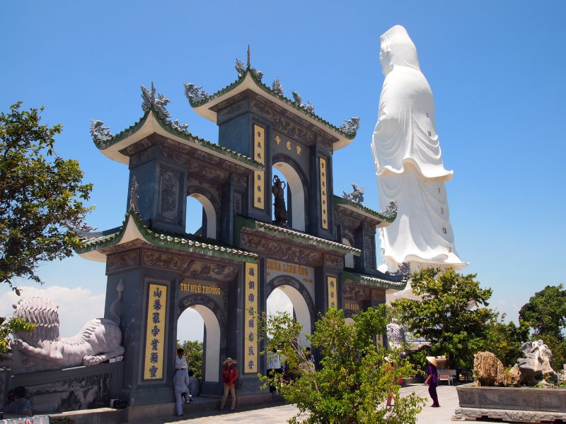 The Chua Linh Ung entrance gate and Goddess of Mercy
