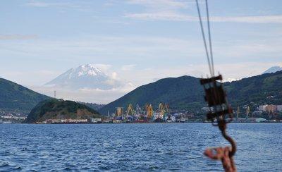 Petropavlovsk-Kamchatsky et le volcan Goriakino depuis la baie d'Avatcha