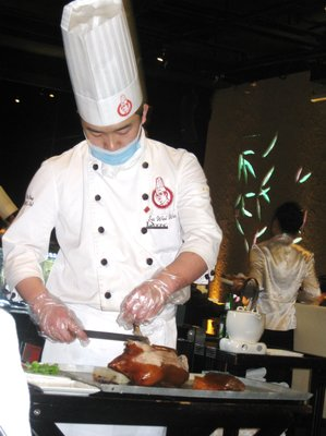 The Chef slicing the pecking duck to 120 perfect cuts - this is how it shoudl really be served