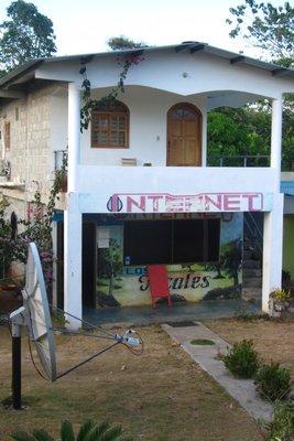 De internetwinkel zonder internet! Wel een gigantische schotel voor een signaal te vangen.