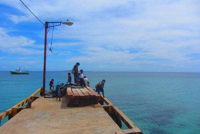 Wachten op onze boot.