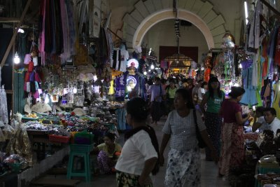 Plenty of shopping opportunities en route to the temple