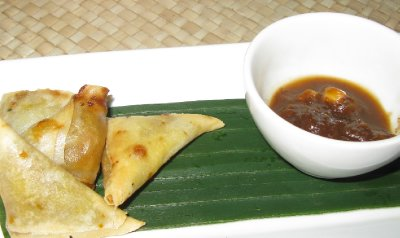 App at Ibu Rai - Yummy mini samosas with a tamarind ginger sauce