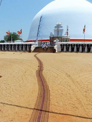 Cloth across the hot sand at Ruvanvelisaya Dagoba
