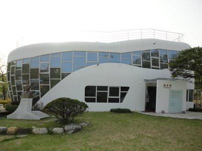 ... shaped house turned toilet themed museum! DSC04571.jpg