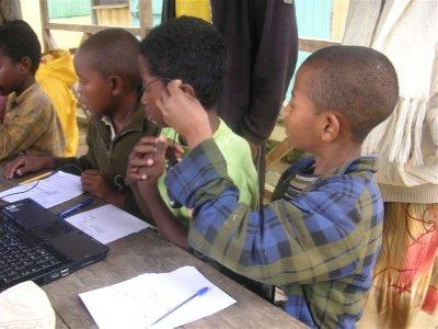 Premiere decouverte d un ordinateur et de la souris par les enfants de Vohimana