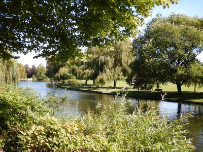 The Avon Bank Gardens has a large Ferris wheel (the Stratford-upon-Avon Eye); the last mechanical chain ferry in Britain crosses the River Avon here