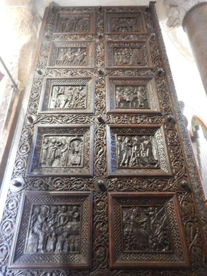The unique wooden doors of the Cathedral of Saint Doimus were sculpted in 1214; these superbly preserved Romanesque doors made of walnut wood have 28 coffers with scenes from the life of Jesus