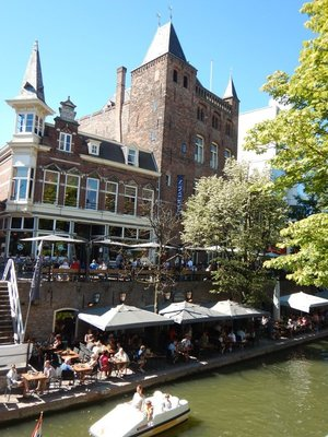 This is a typical, ritzy canal house from 1300 when Utrecht was practically minting money; these city castles were designed to show off the owners wealth