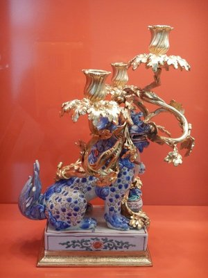 Candlestick in the form of foo dogs made of Japanese porcelain, 1670