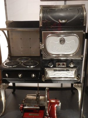 1925 electric range looks very practical and has a nice design; temporary exhibits were less interesting to me than the permanent collection