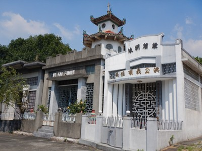 The Chinese Cemetery is enormous and larger than many Manila neighborhoods; the mausoleums are also much nicer than typical Manila homes with many having AC, running water and flushing toilets