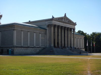 This neo-classical building, the State Collection of Antiquities, at Königsplatz with Corinthian columns was established in 1848 as a counterpart to the opposite Glyptothek