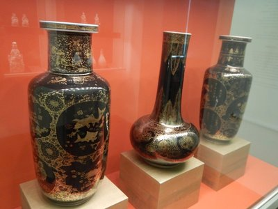 Mirror black vases, 1700; this Chinese porcelain, which isn't very durable, was intended just for the local market so it's a rarity in Europe