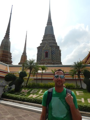 The temple grounds at Wat Pho contain 91 small chedis (stupas or mounds), four great chedis, two belfries, a bot (central shrine), a number of viharas (halls) and other buildings such as pavilions, as well as gardens and a small temple museum
