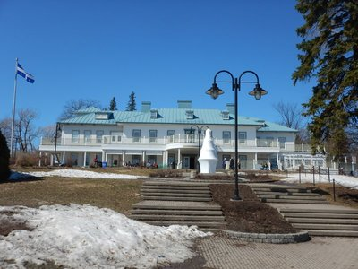 The Manoir Montmorency is an interpretation center and restaurant overlooking the falls; rumor has it that Queen Victoria stayed at the original manoir
