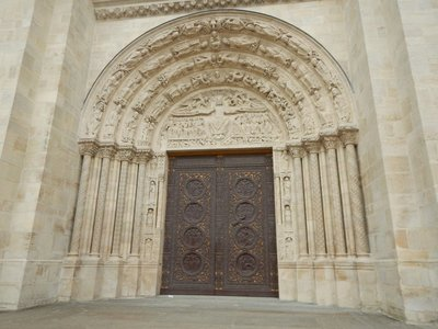 Tympanum and lintel of the central portal, showing Last Judgement iconography, completed in 1135