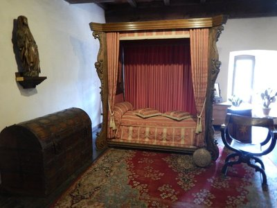 The main bedroom was positioned on the sunny side of the castle; it had a fireplace and 6 small windows