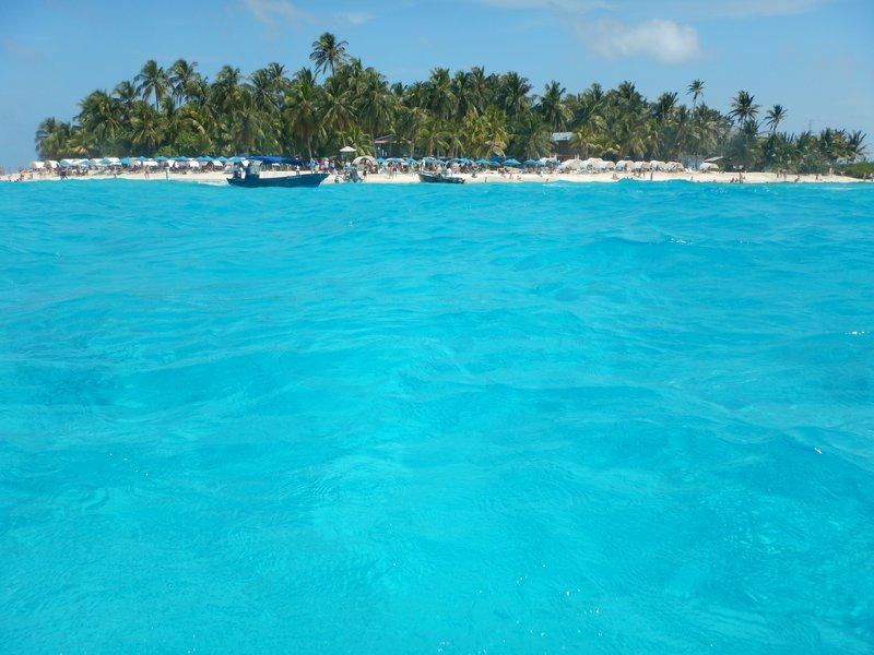 Johnny Cay (Islota Sucre) lies 1.5 km offshore from the main beach of San Andres; supposedly the number of daily tourists is capped at 1600 but I think that is ignored