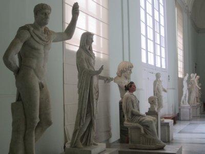 1Robin_as_a_Statue.jpg