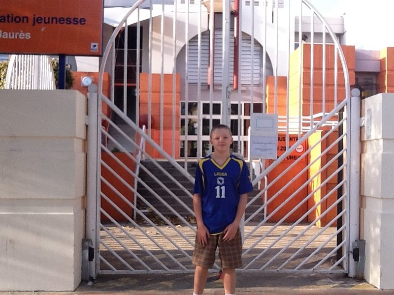 Angus in front of L'École Jean Jaurés - Mèze, France.