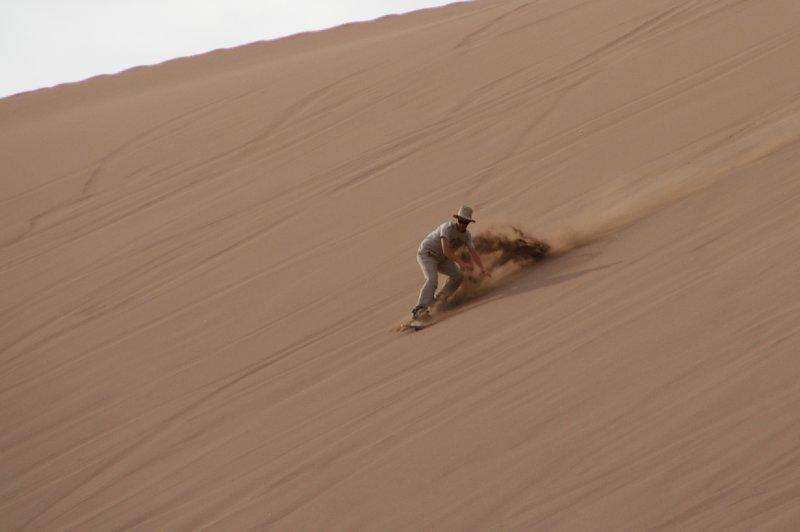 Antoine s'essaie au Sand Surf