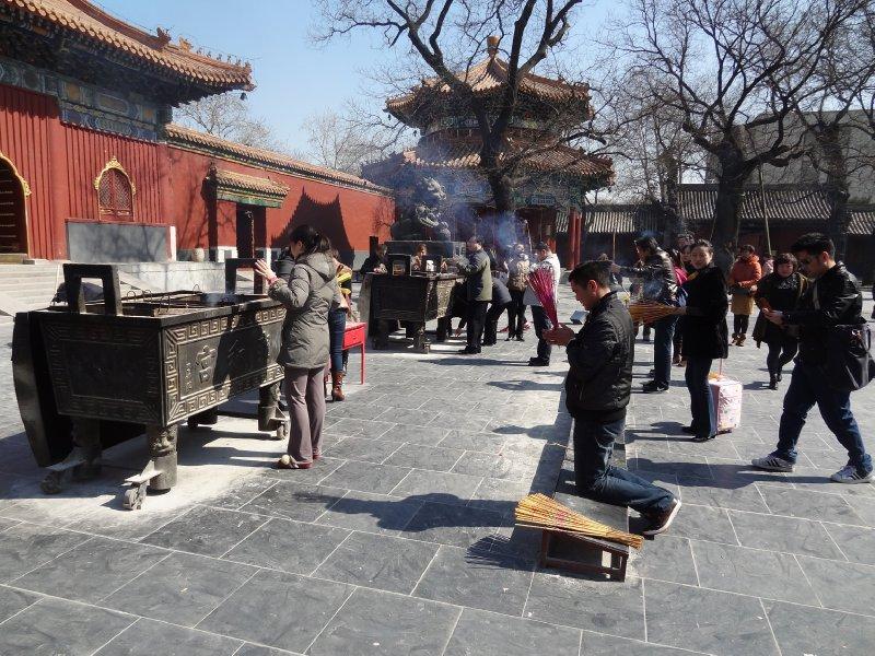 Lama temple - prières avec beaucoup d'encens