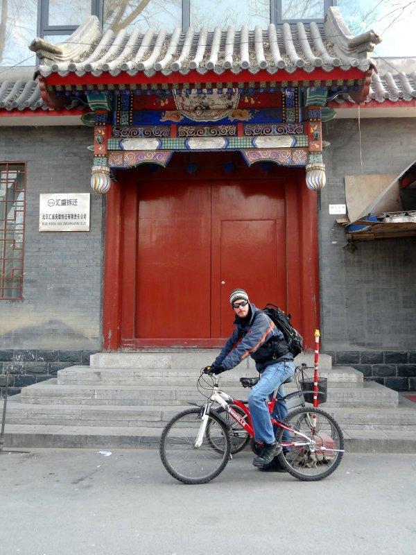 """Antoine à vélo dans les """"Hutong"""""""