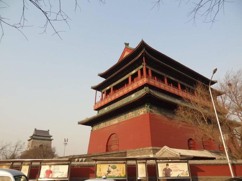 """En rouge la """"Drum Tower"""" et derrière la """"Bell Tower"""" en gris"""