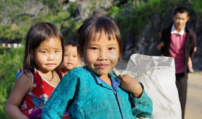 20121001_Children_on_the_road_to_Meo_Vac.jpg