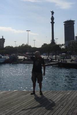 Robert, his shadow and the statue of Christopher Colombus, all pointing to the Americas