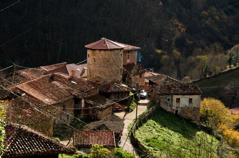 Vista aérea de la Torre medieval y el Palacio de Banduxu (Bandujo)