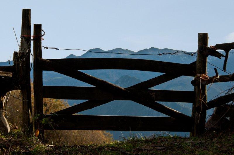 Fence on the mountains of Banduxu (Bandujo)
