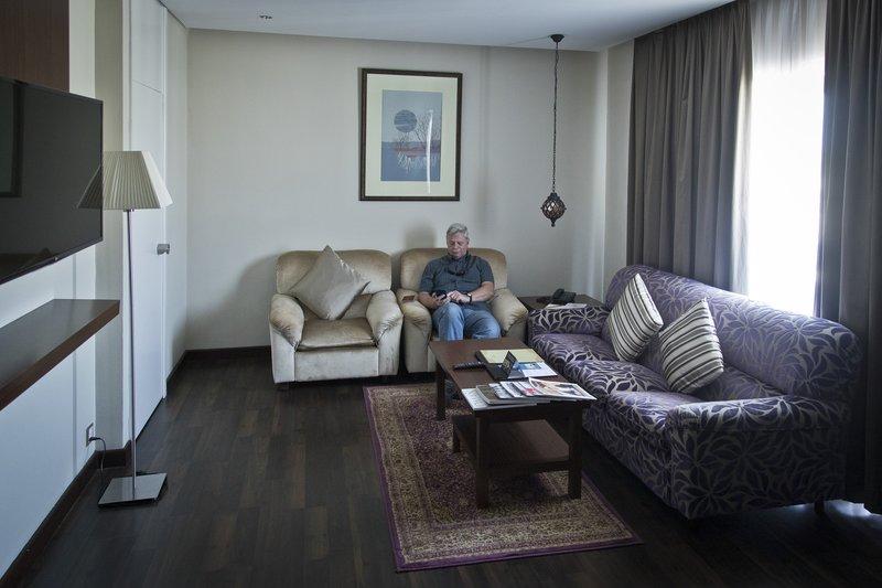large_Al_Falaj_Hotel_Suite_4.jpg