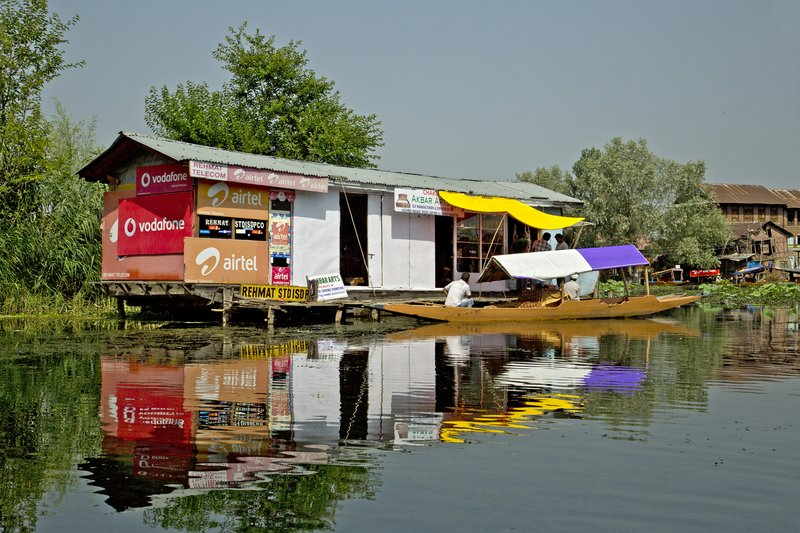 large_Life_on_Dal_Lake_31.jpg