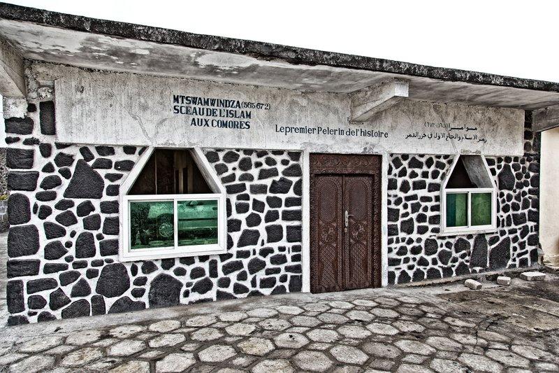 large_Mtswamwindza_Mosque_4.jpg