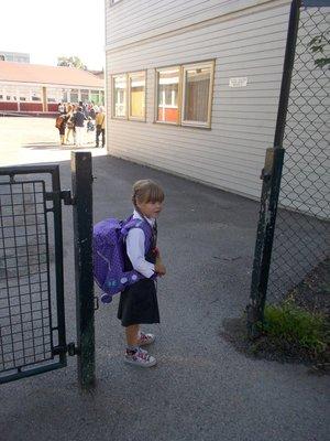 Kos - Lilou første skoledag skoleporten