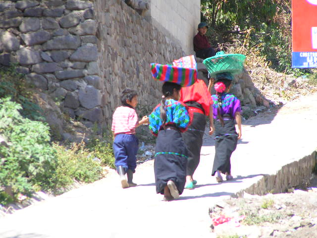 GUATEMALA - Lago Atitlan - children of Tzununá