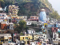 Devprayag_The tower towards the right belongs to the Raghunath Ji Temple, said to be the site of the mythical Saraswati River.