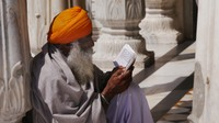 Golden Temple_Studying the holy scriptures