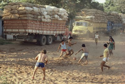 People playing futbol