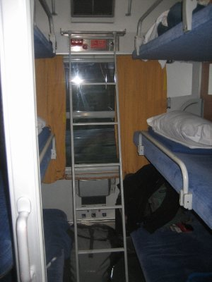 sleeping arrangements on overnight train - 6 bunks