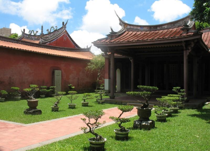 large_TainanConfucius.JPG
