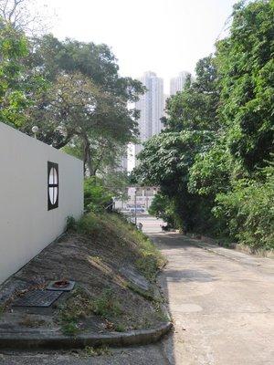 沿觀塘道三山國王廟旁的斜路步行,就是目的地所在。