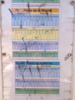 當地旅客教我們一下車便拍時刻表,大約什麼時間要等公車
