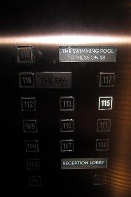 到了百多樓高的大堂後,便轉升降機到入住樓層
